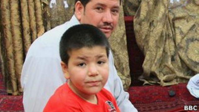 АфганскаяАфганская девочка Мернуш, переодетая в мальчика, со своим отцом