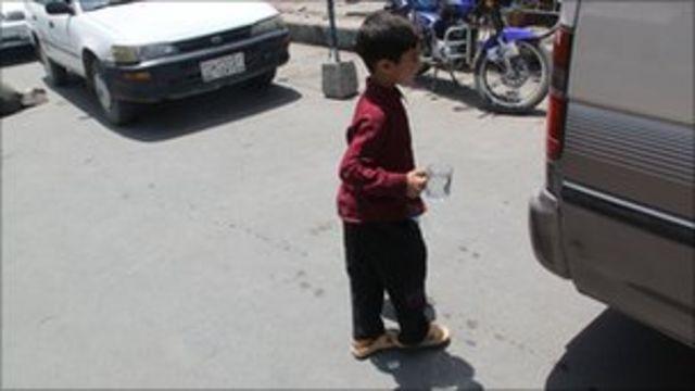 Девочка, переодетая мальчиком, на улице в Афганистане