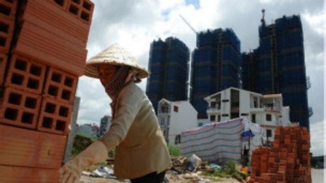 Việt Nam đang trả giá khi dồn vốn cho doanh nghiệp nhà nước đầu tư tràn lan vào bất động sản.