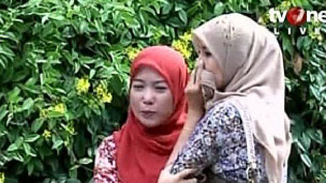 Imagens de canal de televisão da Indonésia mostraram pessoas em pânico nas ruas (BBC)