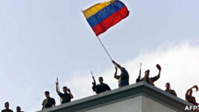 La Guardia Nacional iza una bandera venezolana en la azotea del Palacio de Miraflores