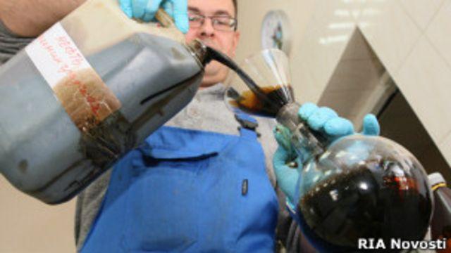 Нефть в колбе в лаборатории