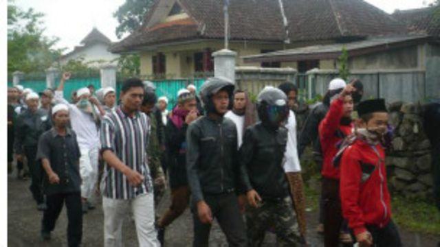 Massa FPI mendatangi masjid (Foto: Arly Mubarak)