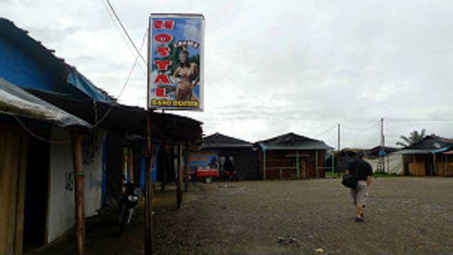 Casa de prostituição em acampamento de mineradores à beira da Interoceânica, no Peru (Foto João Fellet/BBC Brasil)