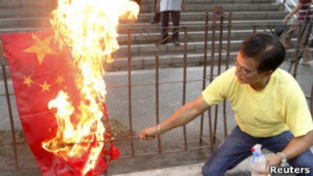 菲律賓抗議者燒中國國旗