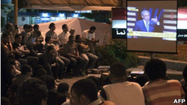 مصريون يتابعون المناظرة