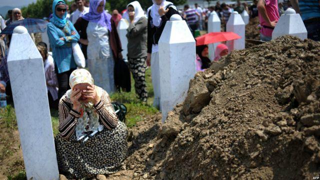 Seorang ibu menangis di depan kuburan kroban Srebrenica di Potocari