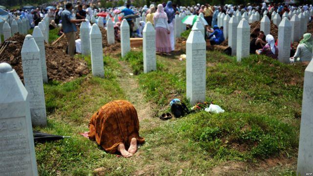 Seorang ibu sembahyang di depan kuburan kroban Srebrenica di Potocari