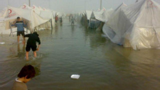 Campo de refugiados na fronteira da Turquia com a Síria: população foi pega no fogo cruzado do conflito