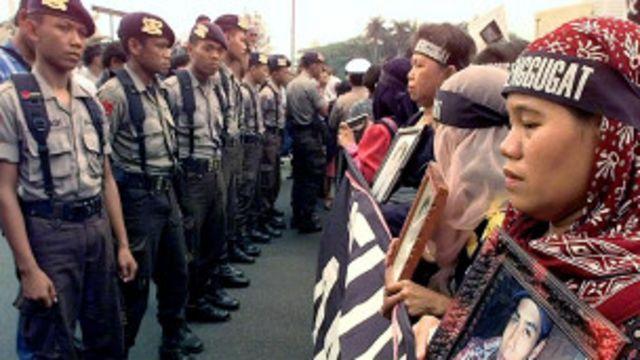 Cảnh sát Jakarta và người biểu tình năm 1999: hiện chưa rõ Việt Nam theo mô hình Đài Loan hay Indonesia