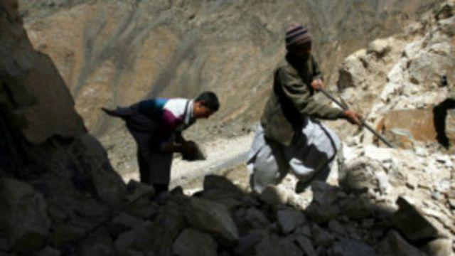 استخراج غیر قانونی معادن در افغانستان زمینه اشتغال را برای عده زیادی از مردم نیز فراهم کرده