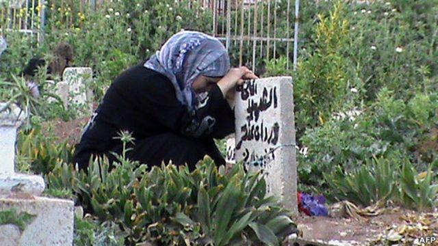 mujer llora la muerte de un familiar en Siria