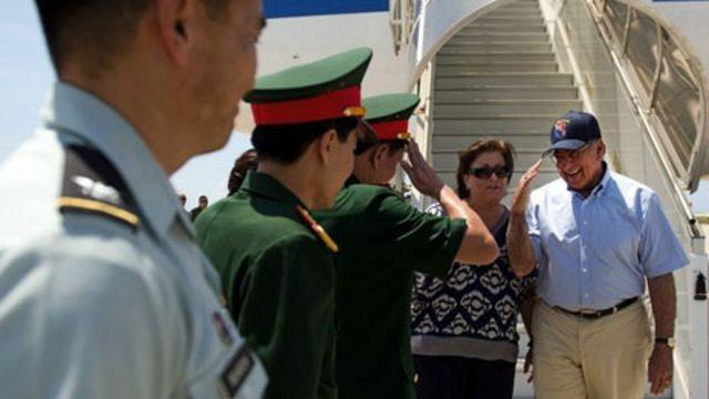 Bộ trưởng Leon Panetta hạ cánh xuống Cam Ranh