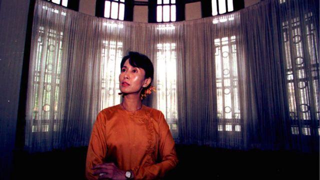 ၁၉၉၆ ခုနှစ် ဇူလိုင်လ ၁၂ရက် နေ့တုန်းက ရန်ကုန်က နေအိမ်မှာ ဧည့်ခန်းရှေ့မှာ ရိုက်ထားတဲ့ပုံ