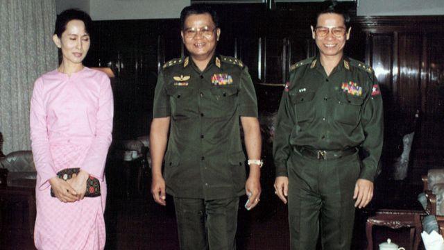 ၁၉၉၆ ခုနစ် စက်တင်ဘာလ တုန်းက ဗိုလ်ချုပ်မှူးကြီး သန်းရွှေ ( အလယ် )နဲ့ ဗိုလ်ချုပ် ခင်ညွန့် တို့နဲ့ အတူ တွေ့ရပုံ