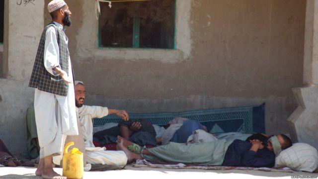 د کندهار په سپین بولدک ولسوالۍ کې د ګاونډي هېواد پاکستان پولې ته څېرمه په یوه پراخه دښته کې یوه لویه خاورینه کلا جوړه ده چې یو زندان ته ورته ښکاري، لویه اوسپنیزه دروازه، هسک دېوالونه او د هغه پرسر بیا اغزن تار را تاو شوی .په دغه مرکز کې بندیان نه، بلکې څه باندې ۶۰۰په نشه روږدي کسان د  درملنې په موخه ساتل کیږي.