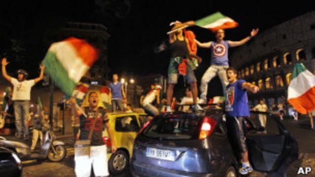 Итальянские болельщики празднуют победу сборной