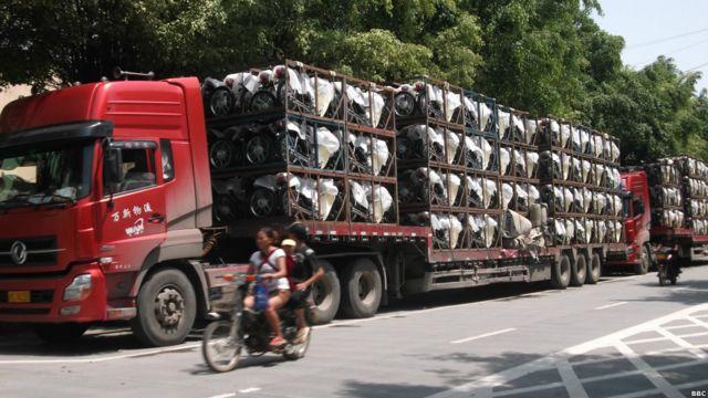 မြန်မာနိုင်ငံသွားမယ့် ဆိုင်ကယ်တွေကို တရုတ် ပြည်ထဲကနေ- ကျယ်ကောင် ကုမ္မဏီခွဲ ဆီကို ဟောဒီလို ကားကြီးတွေနဲ့ လာတယ်။