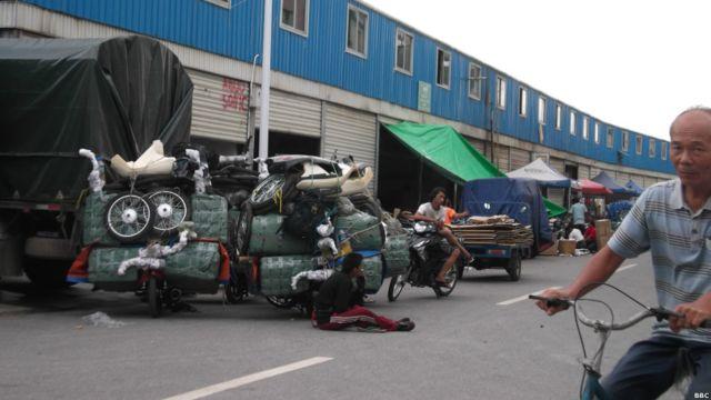 ဆိုင်ကယ်တစီးပေါ်မှာ နောက်ထပ် ဆိုင်ကယ် (၄)စီး စာ ဟောဒီလို ပါကင်ထုပ်တွေ လုပ်ပြီး ကယ်ရီစီးသမားက မြန်မာနိုင်ငံ အထိ စီးနင်း သွားဖို့ အသင့်ပြင် ထားတယ်။