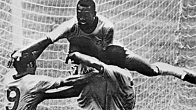 Pelé celebra uno de los goles frente a Italia.
