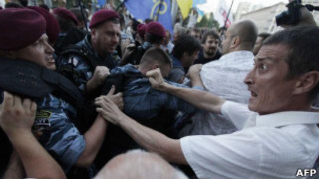 """В столкновениях у """"Украинского дома"""" обе стороны применяли слезоточивый газ и физическую силу"""