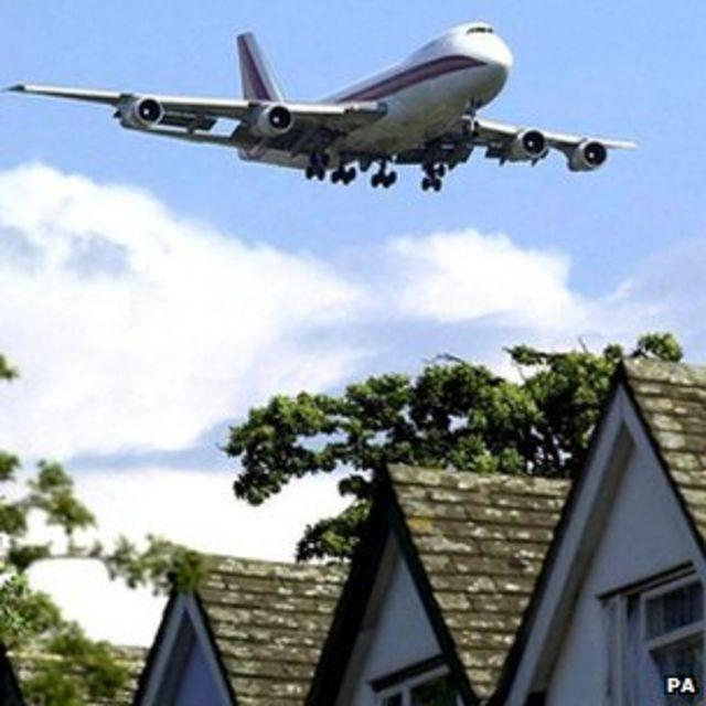 Avión sobre zona residencial