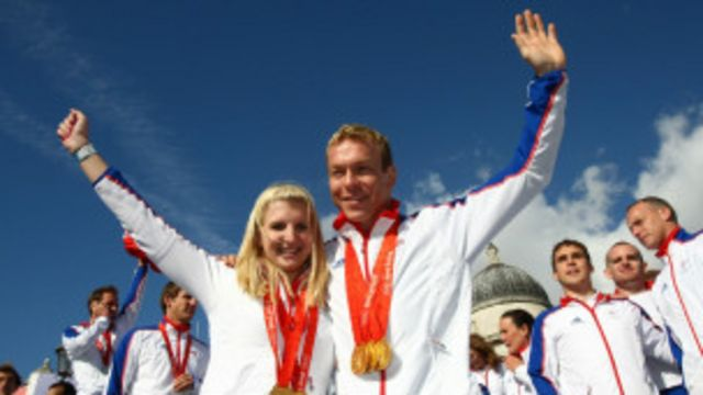 د لندن اولمپيک لوبو پرانسته له رسمي مراسمو دوه ورځې وړاندې د برتانيا او نوي زيلاند د ښځو د فوټبال په لوبې پېلېږي.