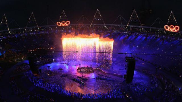 تشکیل حلقه های المپیک بر فراز ورزشگاه المپیک