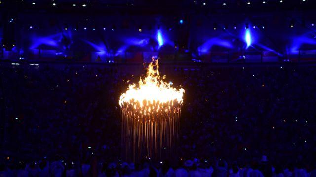 مشعل بازی های المپیک لندن از دویست گلبرگ مسی تشکیل شده بود که به وسیله هفت ورزشکار جوان روشن شد. سپس ساقه های گلبرگ ها بلند شدند تا به نشانه همه ملل با هم متحد شوند و مشعل بازی ها را به وجود بیاورند.