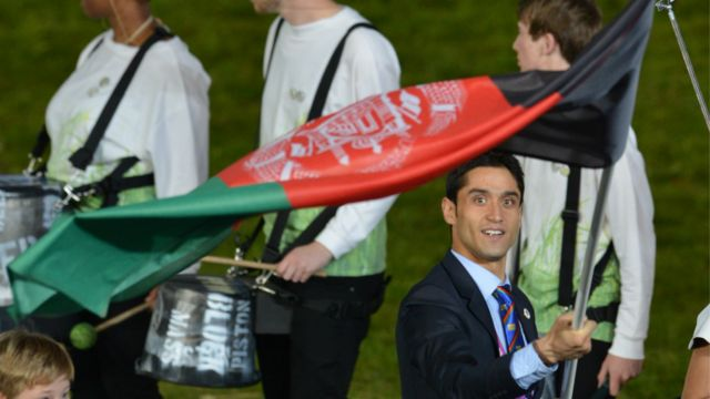 نثار احمد بهاوی،ورزشکار رشته تکواندو، پرچم افغانستان را حمل می کرد