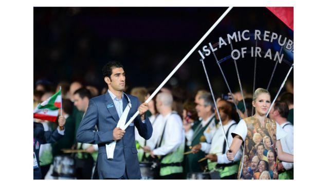 پرچم ایران به وسیله علی مظاهری، عضو تیم بوکس ایران حمل شد