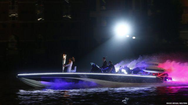 آخرین مرحله انتقال مشعل المپیک به ورزشگاه مرحله برگزاری افتتاحیه به وسیله قایق انجام شد. این قایق تندرو به وسیله دیوید بکهام هدایت می شد.