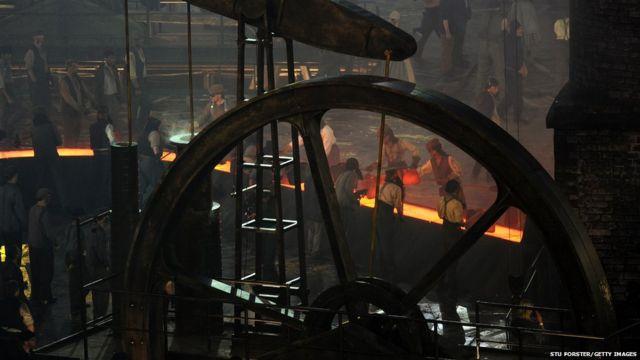 بخشی از مراسم افتتاحیه که به صورت نمایشی برگزار شد، بیانگر دوران انقلاب صنعتی در بریتانیا بود