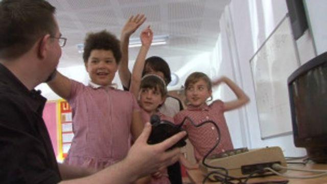 Matt Allen explicou a crianças de Londres como funcionava o joystick do Commodre 64