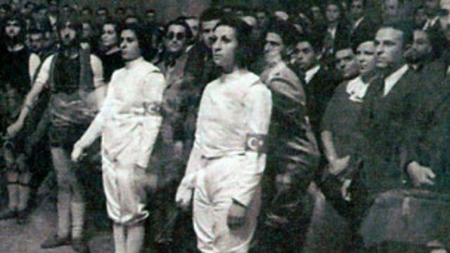 Eskrimde Türkiye'yi temsil eden Halet Çambel (solda) ve Suat Fetgeri Aşeni. Berlin 1936 (Murat Akman arşivi)