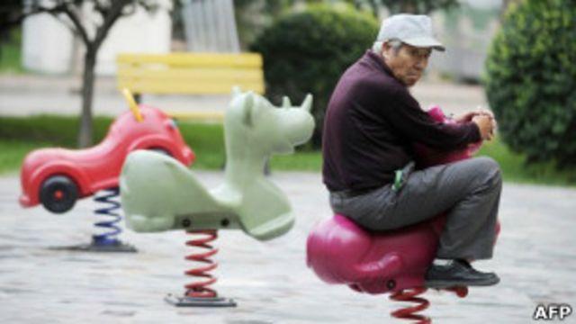 Пожилой китаец на детской площадке