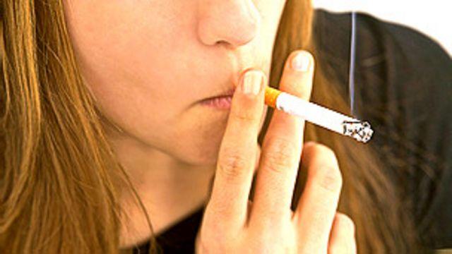 Joven fumando Foto SPL
