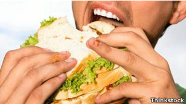 Niño comiendo un sándwich