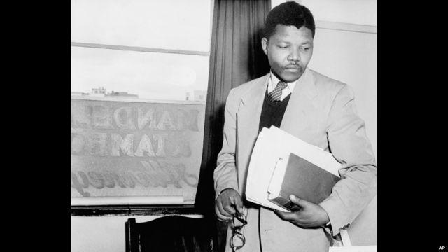 Nelson Mandela di kantor biro hukumnya