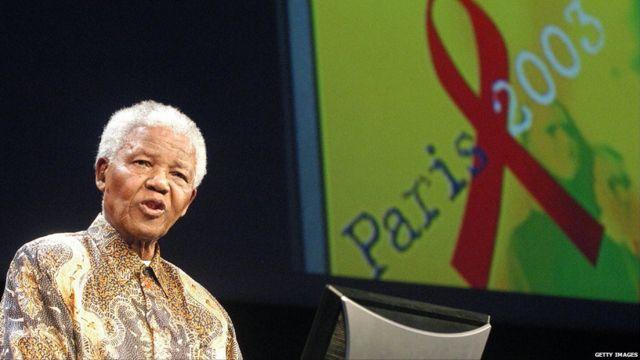 Mandela berpidato di Paris pada 14 Juli 2003