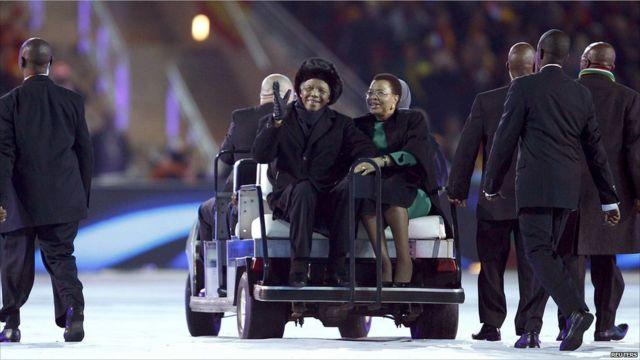 Nelson Mandela duduk di samping istrinya Graca Machel
