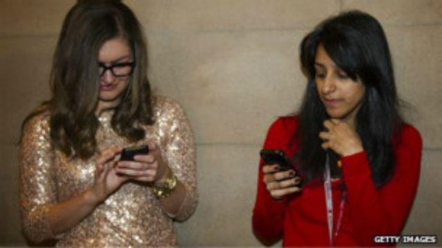 Chicas con móviles