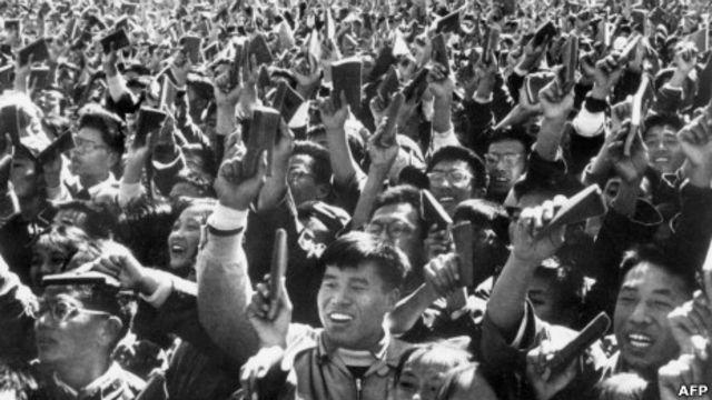 文革时毛泽东在北京天安门广场接见红卫兵。