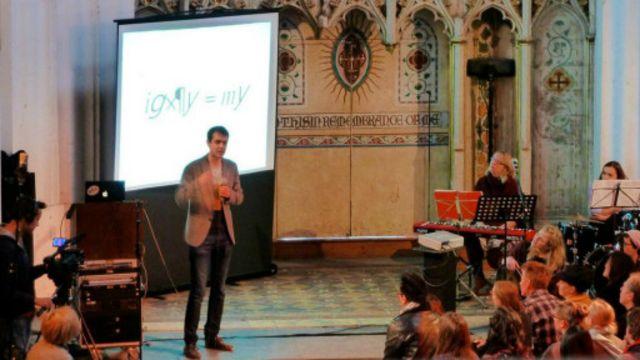 Científico Harry Cliff habla durante la Asamblea Dominical