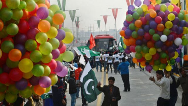 حکومت پنجاب اربوں روپے میٹرو بس جیسے منصوبوں پر خرچ کر رہی ہے لیکن مبصرین کے مطابق تعلیم اور صحت پر بجٹ بہت کم ہے