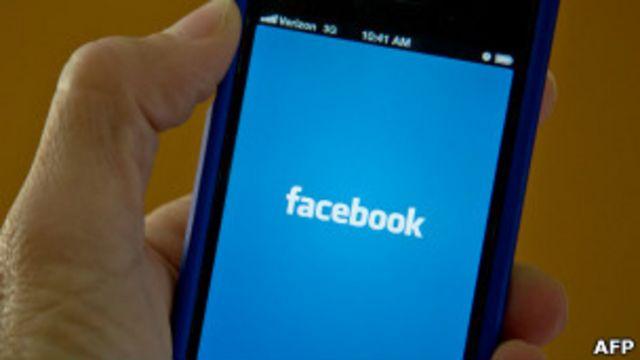 Móvil conectándose a la red social Facebook