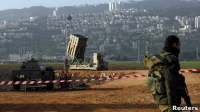 """Солдат вблизи батареи """"Железный купол"""" возле Хайфы"""