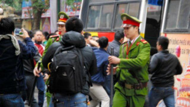 Công an giải tán người biểu tình chống Trung Quốc