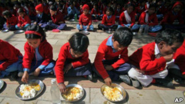 Crianças se alimentando na Índia, em foto de arquivo (AP)