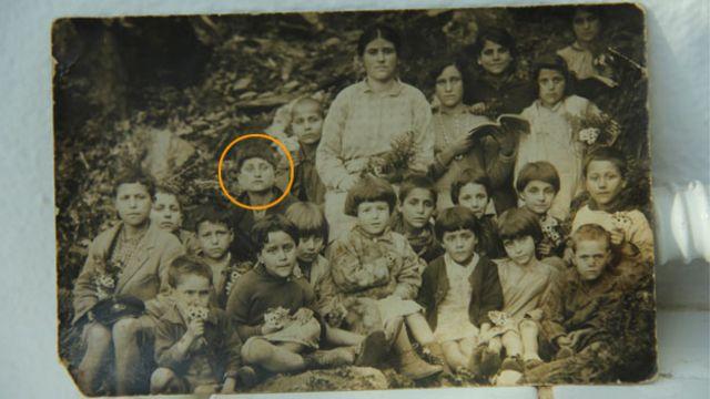 عکس خانوادگی: در اوایل دهه ۱۹۲۰ میلادی استاماتیس که در عکس مشخص شده است، در این جزیره به دنیا آمد و سالها بعد دوباره به آن بازگشت